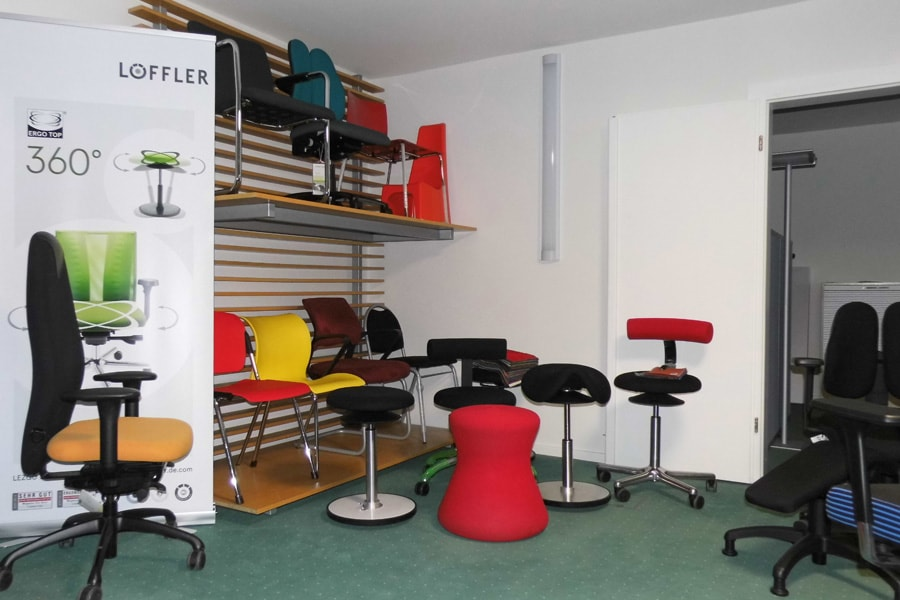 Bürostuehle showroom hocker